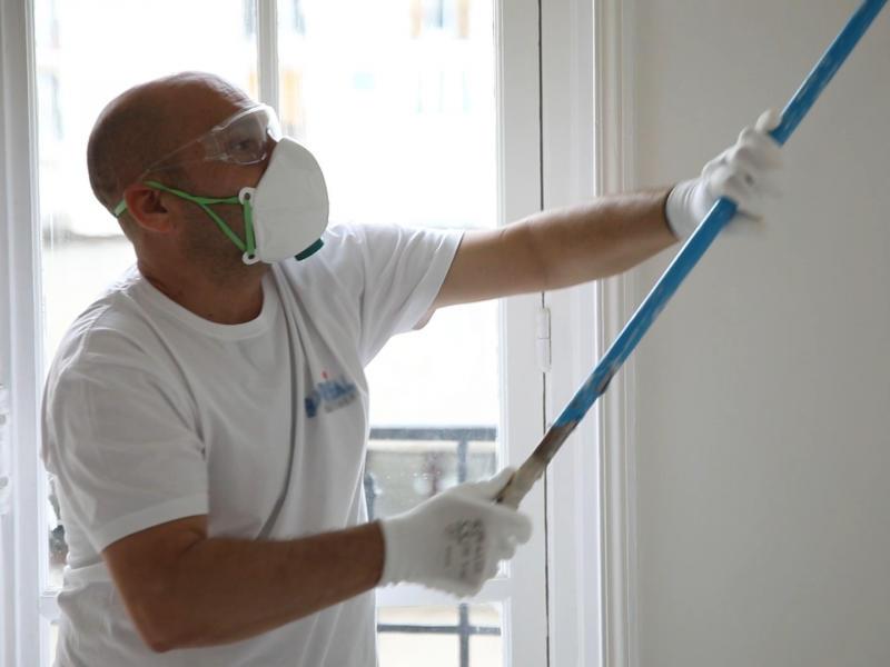 Peintre portant un masque de protection respiratoire