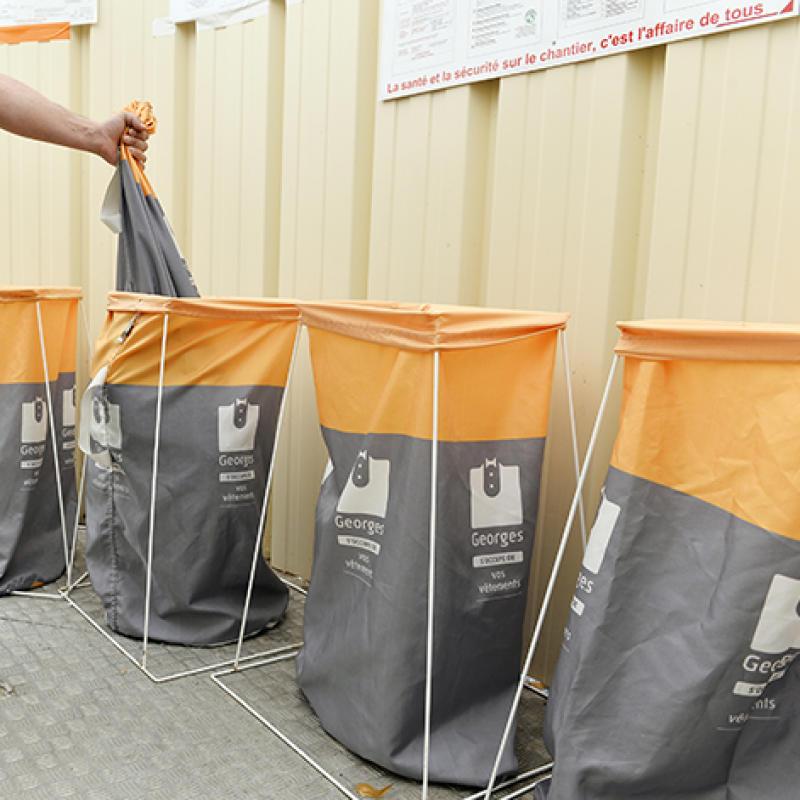 Les vêtements de travail sont déposés dans des paniers à la sortie des unités de décontamination.