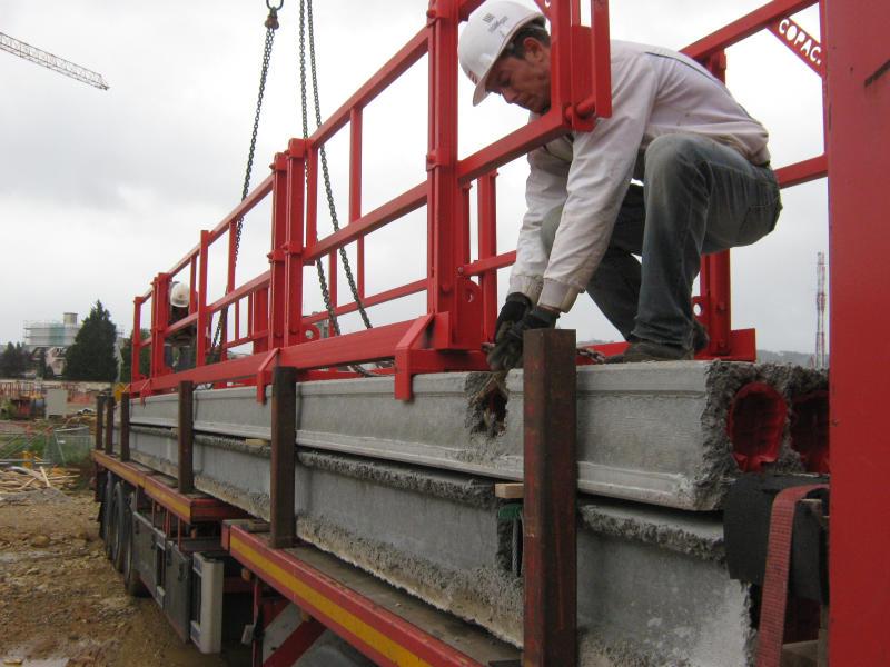 Pose du garde-corps monobloc extensible sur l'élément de plancher préfabriqué.