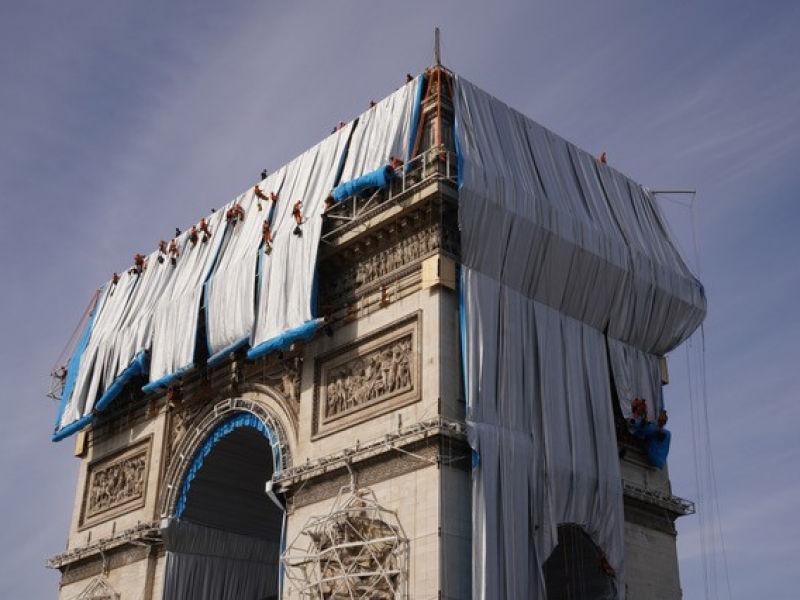 Des cordistes commencent à emballer l'Arc de Triomphe, selon l'oeuvre imaginée par Christo