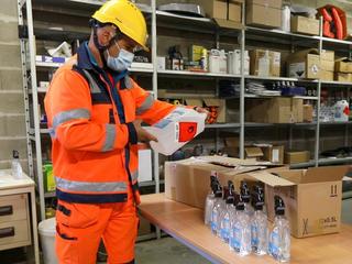 Référent Covid-19 préparant du matériel de désinfection