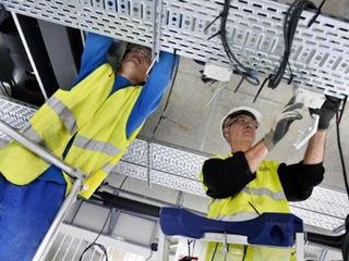 Électriciens travaillant en hauteur