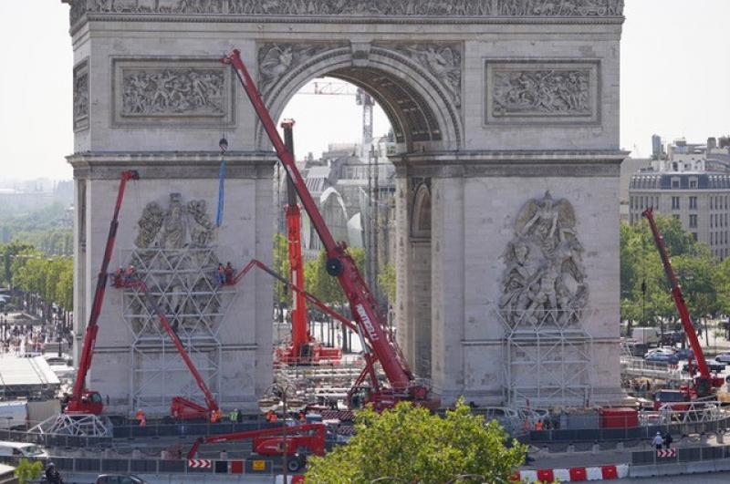 Les Charpentiers de Paris vont évacuer les 130 tonnes de lest qui supportent l'effort des toiles au pied de l'Arc.