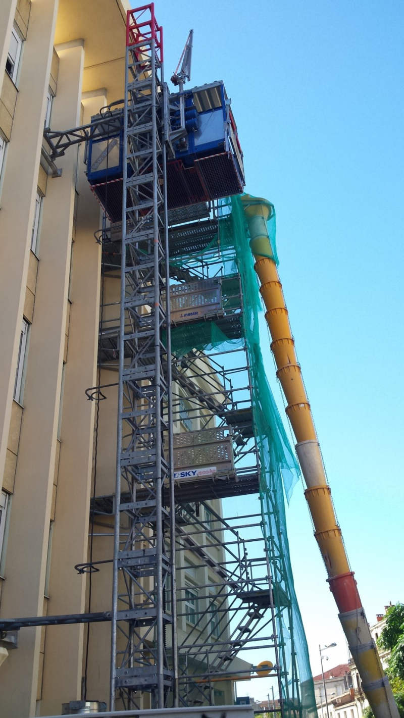 L'ascenseur de chantier a amélioré l'accès aux lieux des travaux et l'évacuation des matériaux démolis.