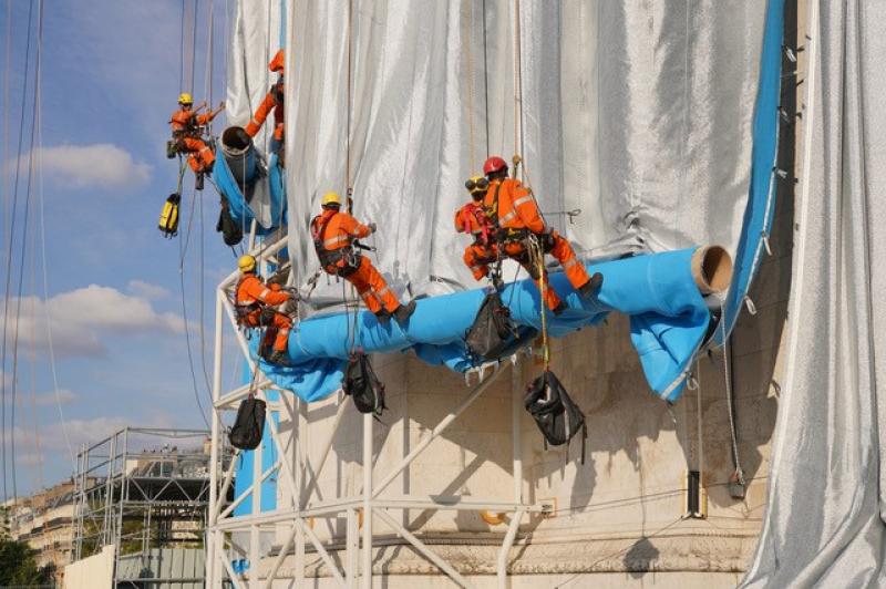 95 cordistes du Réseau Jade ont déroulé d'énormes rouleaux de tissu et installé toutes les cordes.